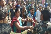 गढ़वा: पुलिस की दबंगई पर महिला पड़ी भारी, कर दी शरेआम पिटाई
