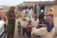 एक पुलिसवाला ऐसा भी जो पुराने कपड़ों से करता है खुशियों का व्यापार (VIDEO)