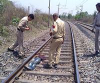 हापुड़: मोबाइल पर बात करते हुए लाइन पार कर रहा युवक ट्रेन से कटा, मौत