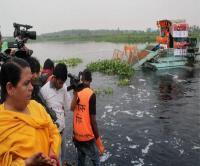 UP: गोद ली हुई नदी में गंदगी का अंबार देख भड़कीं उमा, अधिकारियों को जमकर लगाई फटकार