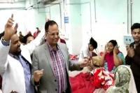 जब स्वास्थ्य मंत्री ने मरीजों के साथ लगाए ठुमके, वीडियो हुआ Viral
