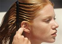 चिपचिपे बालों से परेशान तो अपनाएं ये 4 टिप्स