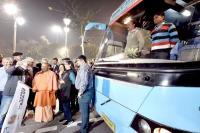 ''कुंभ दर्शन हेरिटेज एंड फोटोग्राफी ट्रेल'' बस को CM Yogi ने झंडी दिखाकर किया रवाना