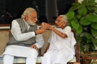 PM मोदी ने की मां हीराबेन से मुलाकात, जाना- हालचाल