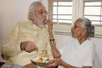 गुजरात दौराः पीएम मोदी ने गांव जाकर मां से की मुलाकात