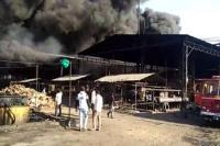अचानक आग लगने से धू-धू कर जल उठी टायर फैक्ट्री, 4 मज़दूर झुलसे