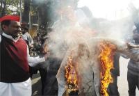 मायावती पर अभद्र टिप्पणी के विरोध में सपा के छात्र संघ ने बीजेपी विधायक का पुतला किया दहन