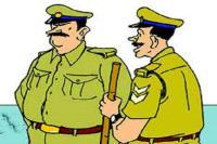 वारंट देने आए पुलिस मुलाजिमों को पीटा