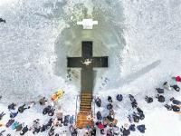 बर्फीली नदी काटकर बनाए आस्था कुंड, -40 डिग्री में 24 लाख लोगों ने लगाई डुबकी (pics)