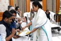 महारैली के बाद ममता बनर्जी ने नेताओं को खुद परोसा खाना, लोगों ने की तारीफ