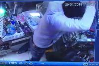 दुकानदार पर रॉड व तलवार से हमला, देखें CCTV वीडियो