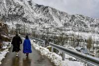 दिल्ली में भारी बारिश के साथ पड़े ओले, J&K में अगले 48 घंटे भारी बर्फबारी की चेतावनी