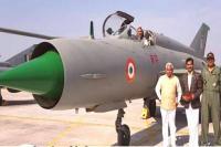सीएम रावत ने मिग-21 लड़ाकू विमान पर बैठकर PM मोदी की तरह खिंचवाई फोटो
