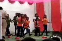 Republic Day पर कॉन्स्टेबल ने उड़ाए डांस कर रहे बच्चों पर पैसे, वीडियो वायरल
