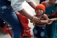 ठंड के बावजूद सुरक्षा कर्मी ने उतरवाई तीन साल के बच्चे की काली जैकेट, वीडियो वायरल