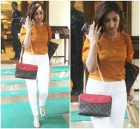 Fashion: एक नहीं, 2 बैग्स पकड़े स्पॉट हुई Yami, कीमत करीब 2.4 लाख!