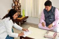 गुजरात : पूर्व कांग्रेस विधायक आशा पटेल भाजपा में शामिल