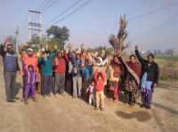 गंदे पेयजल सप्लाई को लेकर गांव सुभाना के लोगों का प्रदर्शन