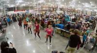 अमेरिका के स्टोर में अचानक शॉपिंग छोड़ कंगना के गाने पर नाचने लोग, देखें मजेदार वीडियो