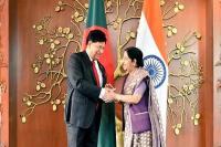 भारत बांग्लादेश के साथ साझेदारी को सर्वोच्च प्राथमिकता देता है: सुषमा स्वराज