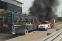हिंसक हुआ गुर्जर आंदोलन, आंदोलनकारियों ने पुलिस की गाड़ी में लगाई आग