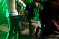 डांस करते-करते नाले में जा गिरे दूल्हे और उसके दोस्त, जानें फिर क्या हुआ