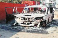 पिस्तौल के बल पर कार सवार से 12 लाख लूटे, फिर गाड़ी में लगाई आग
