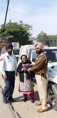 ट्रैफिक पुलिस के ए.एस.आई. ने महिला का गिरा पर्स लौटाया