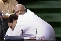Hug Day पर कांग्रेस ने शेयर किया मोदी-राहुल का वीडियो, कहा- गले लगाइए