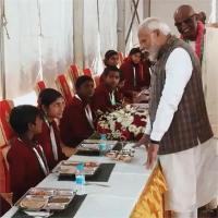 PM मोदी ने परोसी थाली, बच्ची अचानक बोली- हम सुबह खाकर आए ( देखें वीडियो)