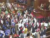 अखिलेश को हवाईअड्डे पर रोकने को लेकर विधानसभा में SP-BSP सदस्यों का हंगामा, कार्यवाही स्थगित