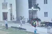 खेलते-खेलते 7 साल के बच्चे को खींच ले गई मौत, किसी को नहीं लगा पता(Watch video)