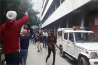 लुधियाना गैंगरेप: वीडियो में देखें कैसे आरोपियों को लोगों ने कोर्ट के बाहर मारे जूते!