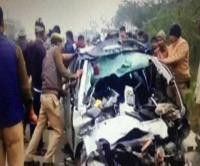 ट्रक की जोरदार टक्कर से कार के उड़े परखच्चे, एक ही परिवार के 5 लोगों की दर्दनाक मौत