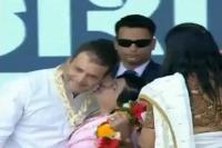 जब महिला कांग्रेस कार्यकर्ता ने मंच पर राहुल गांधी को किया KISS (Watch video)