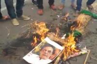 पटना में पुलवामा आतंकी हमले का विरोध, जलाया गया पाकिस्तान के PM का पुतला