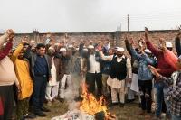 मुस्लिम भाईचारे के लोगों ने आतंकवाद का पुतला जलाया व पाक मुर्दाबाद के नारे लगाए