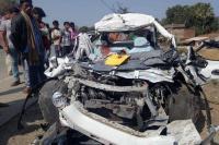 सड़क किनारे खड़े ट्रक से टकराई ऑल्टो कार, एक ही परिवार के 5 लोगों की मौत