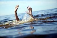 NRI महिला ने सरोवर में लगाई छलांग