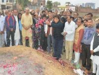 शहीद कौशल कुमार के घर पहुंचे राज बब्बर, परिजनों को हर संभव मदद का दिया आश्वासन
