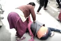 Video: लड़की-लड़के को बेरहमी से पीटते रहे लोग, पुलिस देखती रही तमाशा