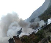 कबाड़ के स्टोर में भीषण आग लगने से सबकुछ जलकर राख (Video)
