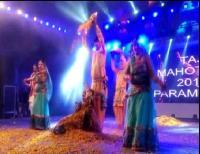 Taj Mahotsav:फैशन शो में दिखी भारतीय परंपरा की झलक, मॉडलों ने सतरंगी परिधानों मेंबिखेराजलवा