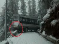 भारी बर्फबारी ने बढ़ाई चालकों की मुसीबतें, यूं फिसलने से बाल-बाल बची HRTC बसें(Video)