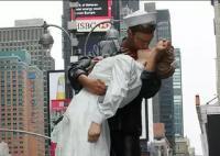 अमरीकी नाविक व नर्स के चुंबन वाली प्रतिमा पर लिख दिया 'मी टू'
