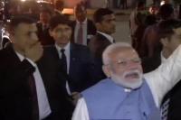 प्रोटोकॉल तोड़ लोगों के बीच पहुंचे PM मोदी, हाथ मिलाने की लगी होड़