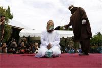 इंडोनेशियाः होटल में पकड़े अविवाहित जोड़ो़ं को सरेआम मिली सजा