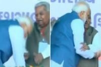 पीएम मोदी ने मंच पर छुए पूर्व सीएम के पैर, वीडियो हुआ Viral