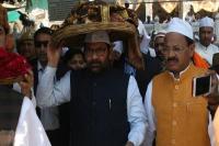 PM मोदी की चादर पेश करने अजमेर दरगाह पहुंचे नकवी, कहा- देश सुरक्षित हाथों में