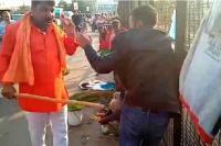 राहुल गांधी ने शेयर किया कश्मीरियों की लाठी-थप्पड़ से पिटाई का वीडियो